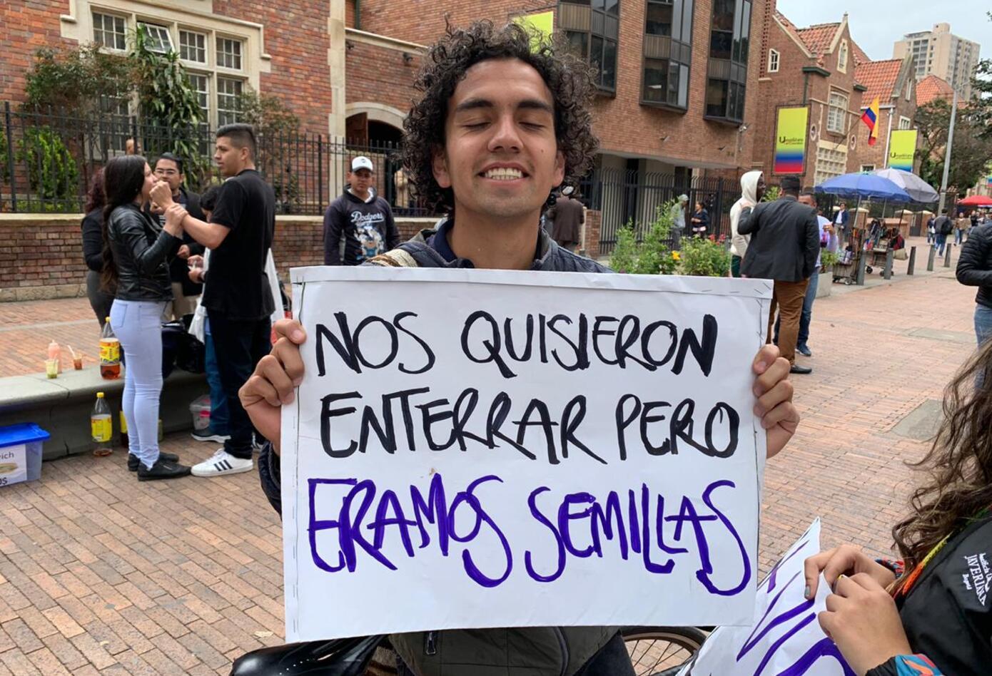 Las pancartas hablan durante las marchas del paro nacional