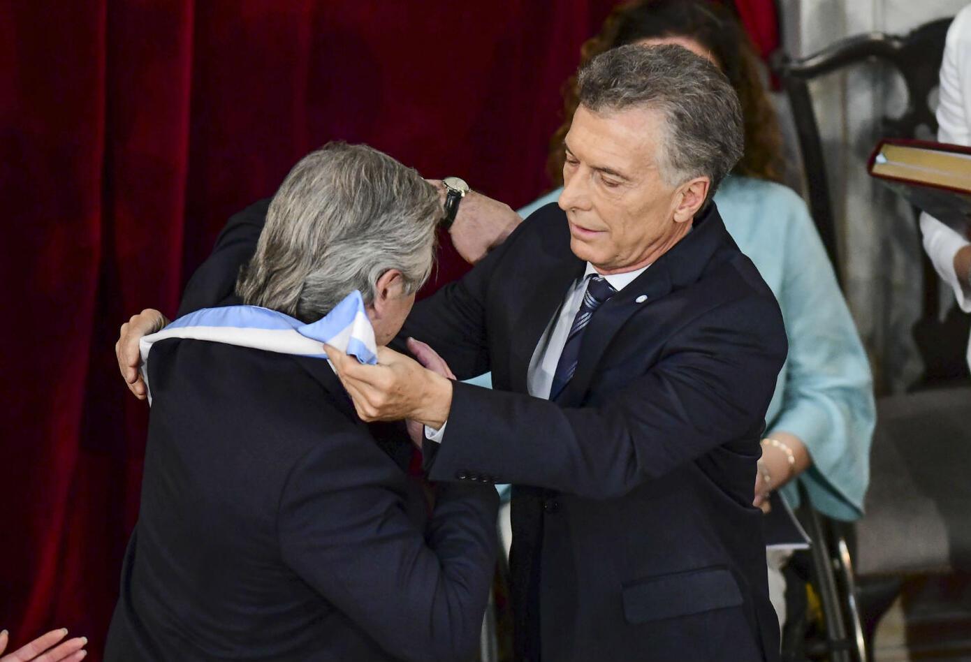 Mauricio Macri entregando la banda presidencial a Alberto Fernández