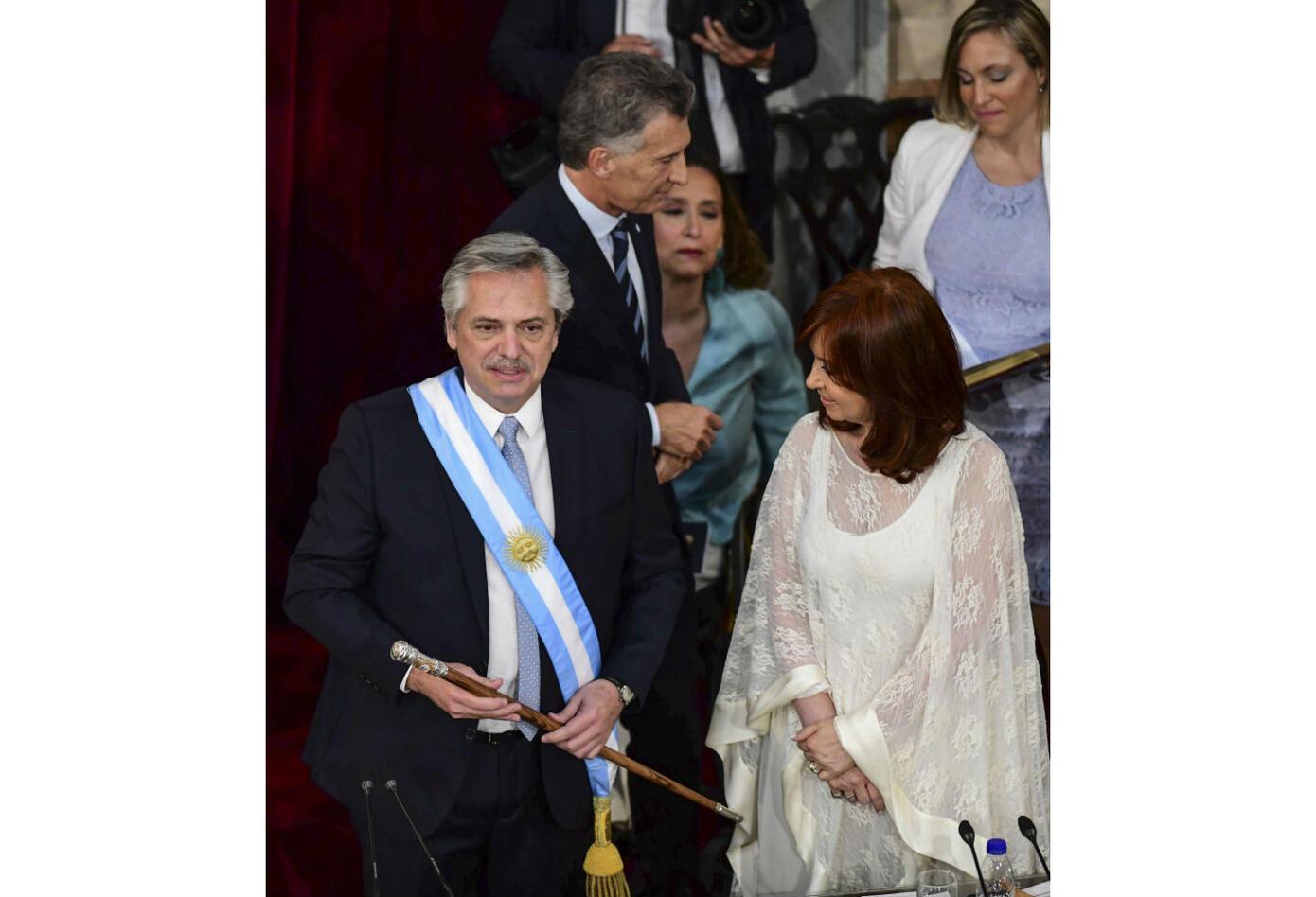 Alberto Fernández junto a Cristina Fernández luego de recibir la banda presidencial