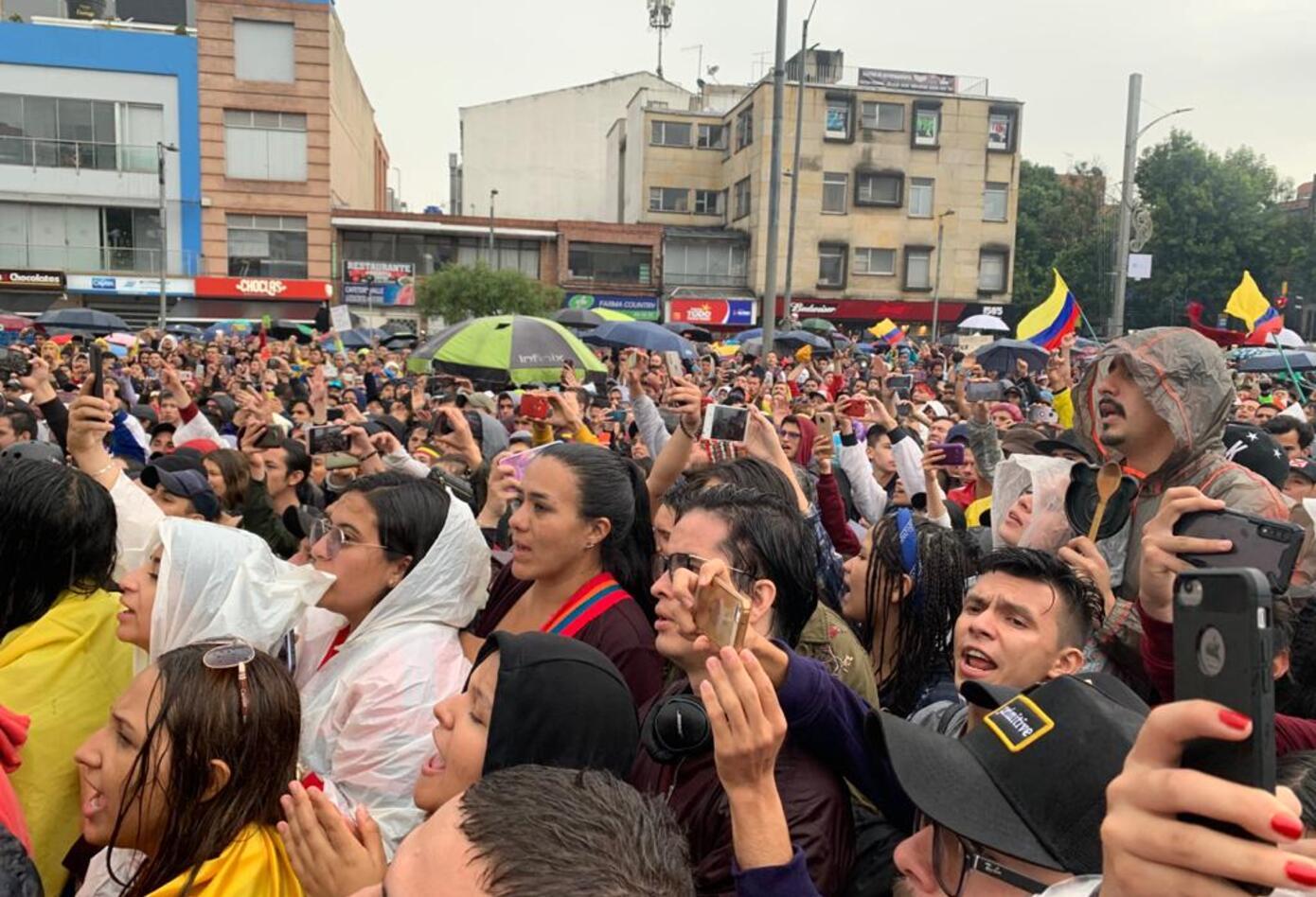 Manifestantes del Canto por Colombia