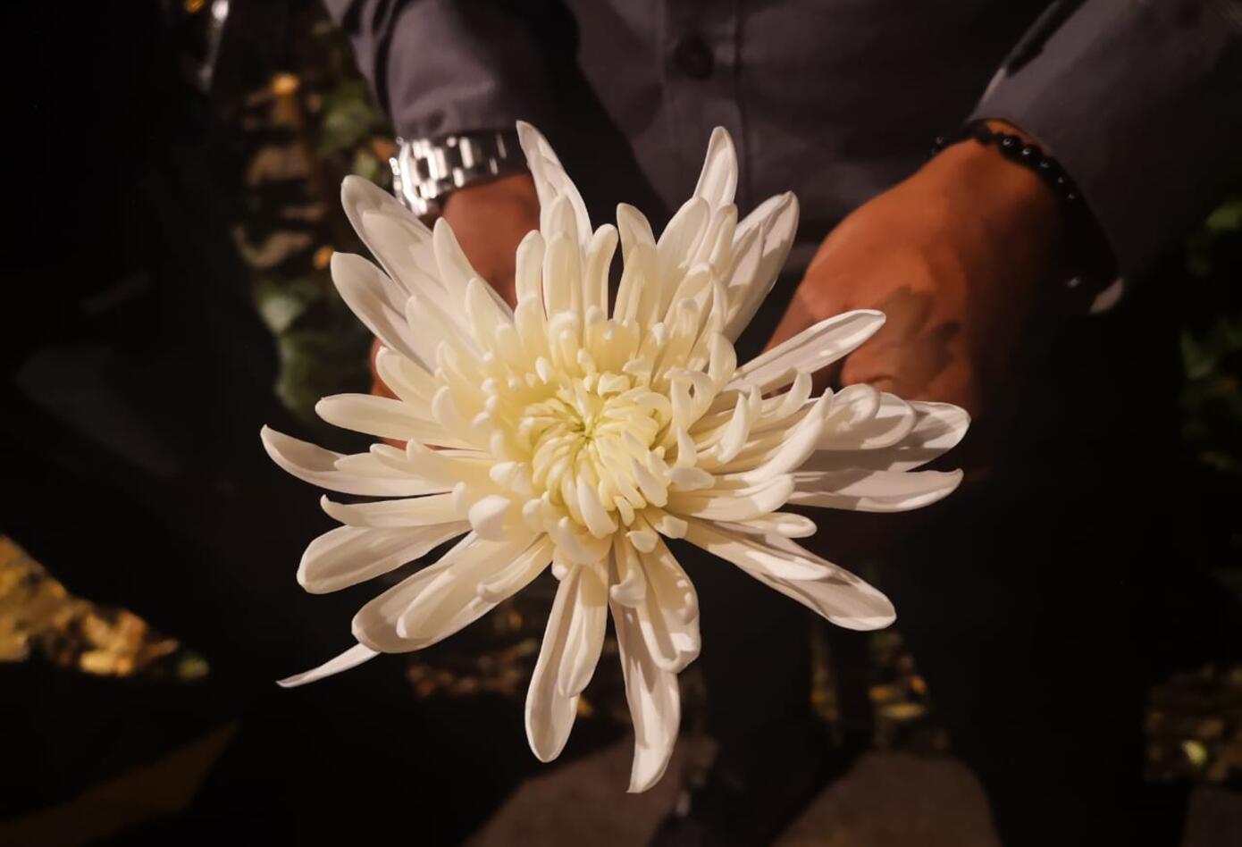 Alejandro Ocampo amigo de la pareja, con una flor blanca, se unió al homenaje