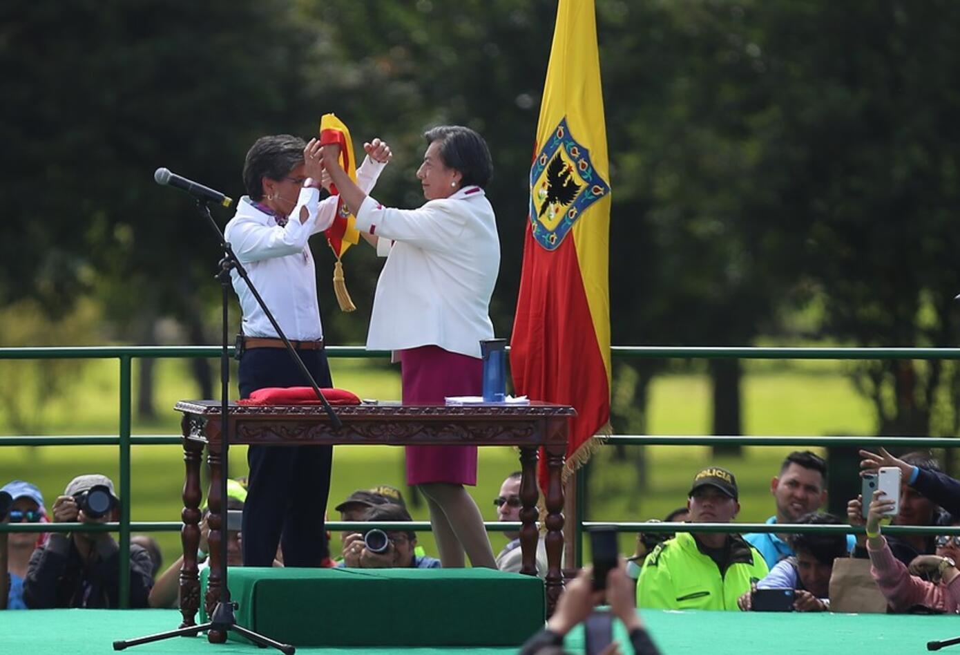 La mamá de Claudia López le pone a su hija la banda de alcaldesa de Boogtá