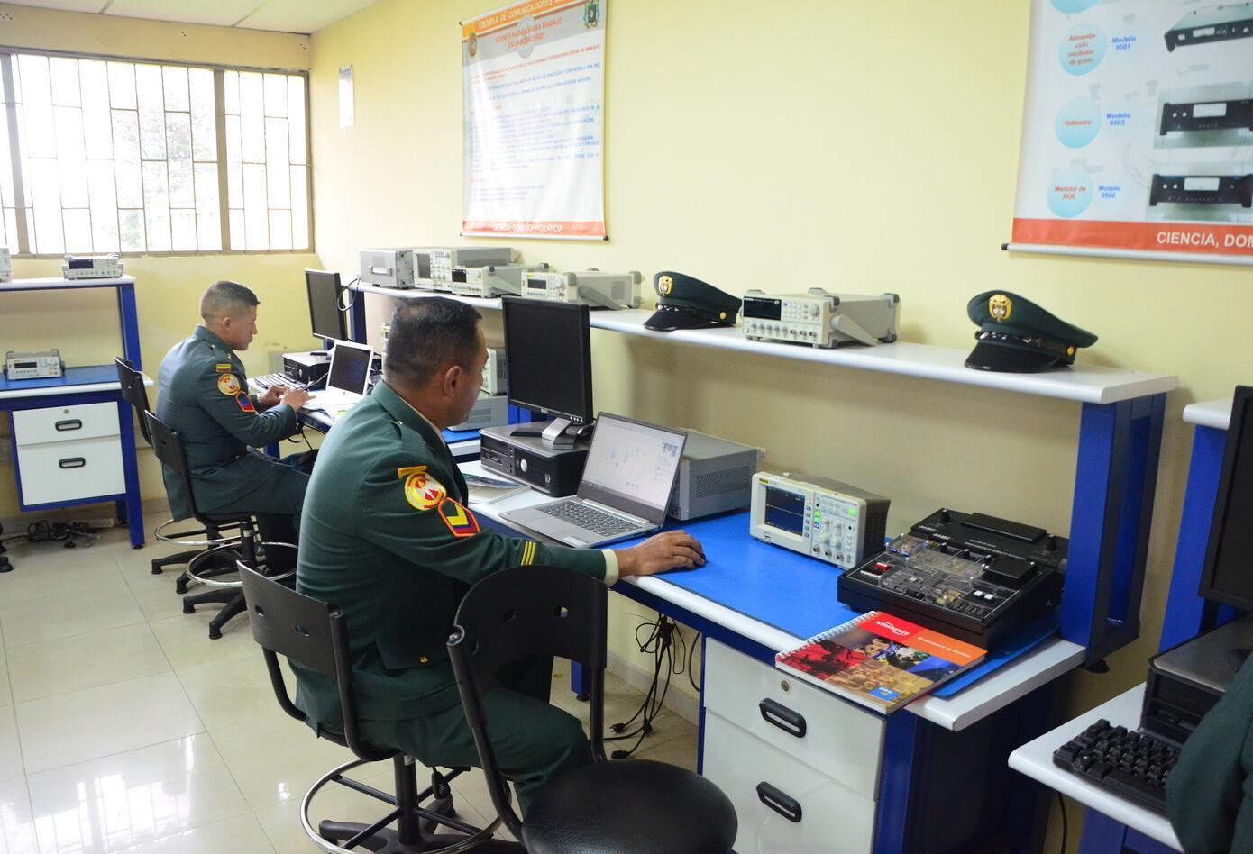 Equipos de comunicaciones del Ejército