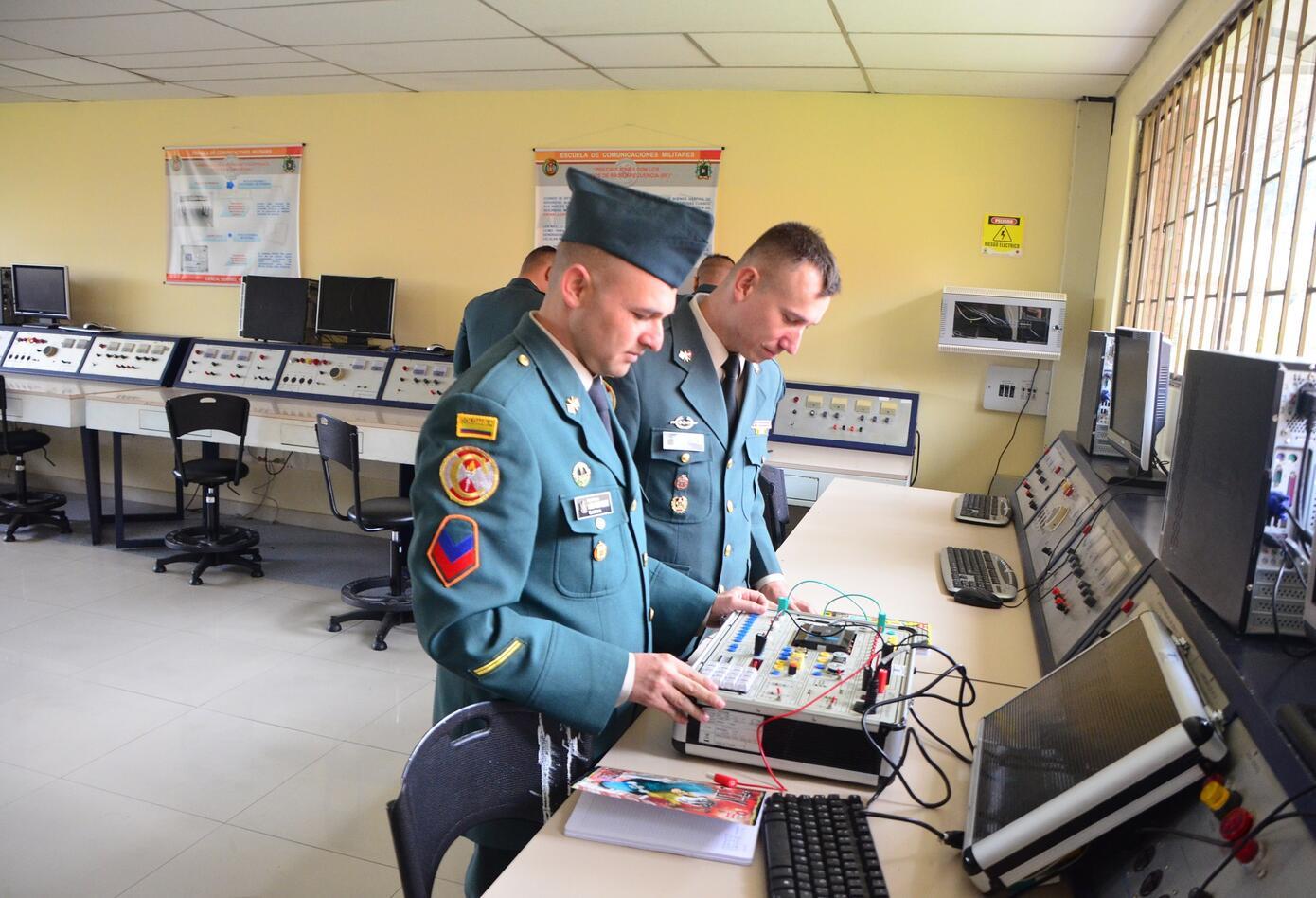 Militares en salas de comunicaciones