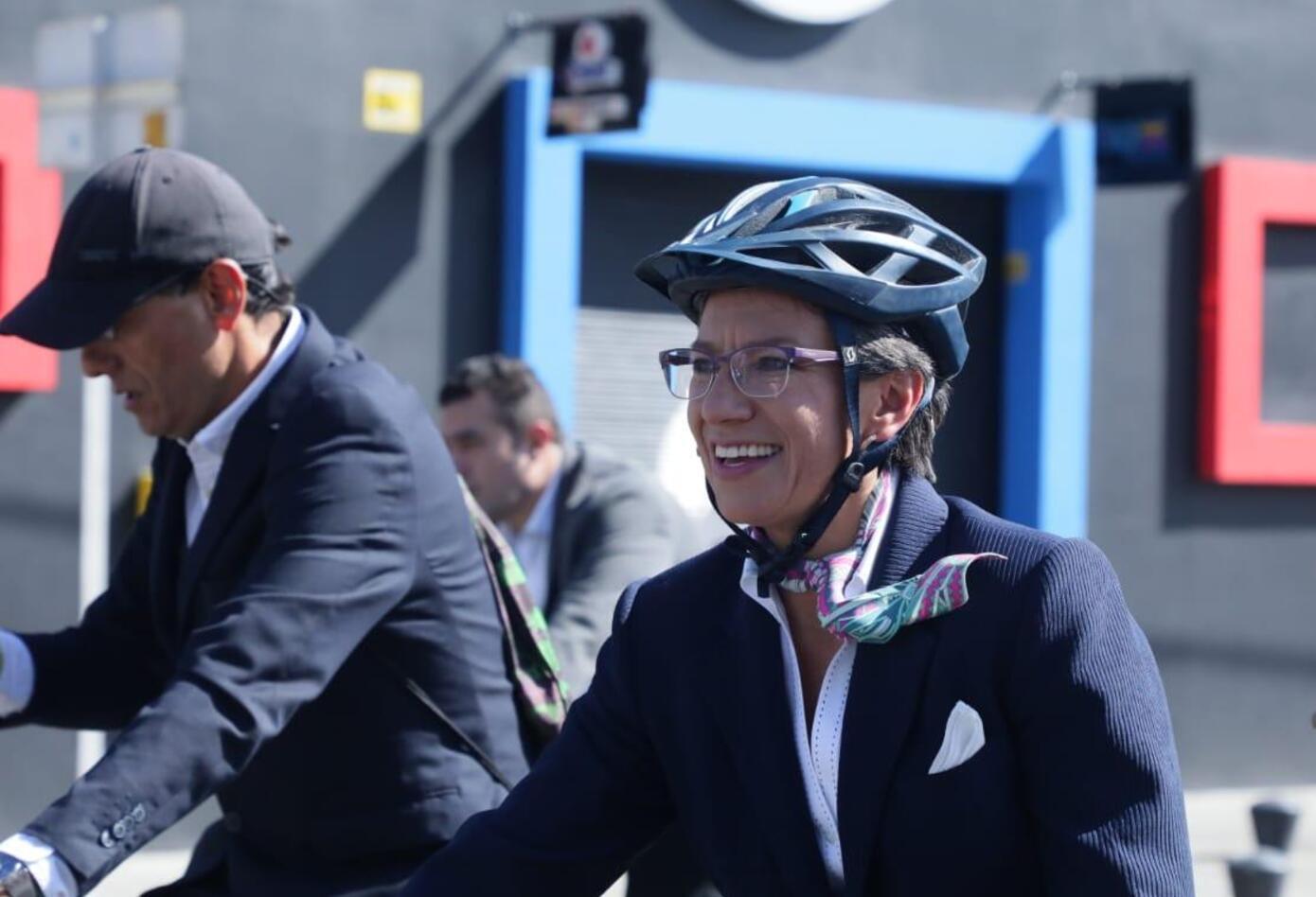 Claudia López realiza un recorrido en bicicleta previo a su posesión como alcaldesa