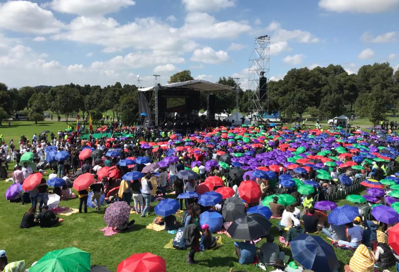 Capitalinos se reúnen en el Parque Simón Bolívar para la posesión de Claudia López