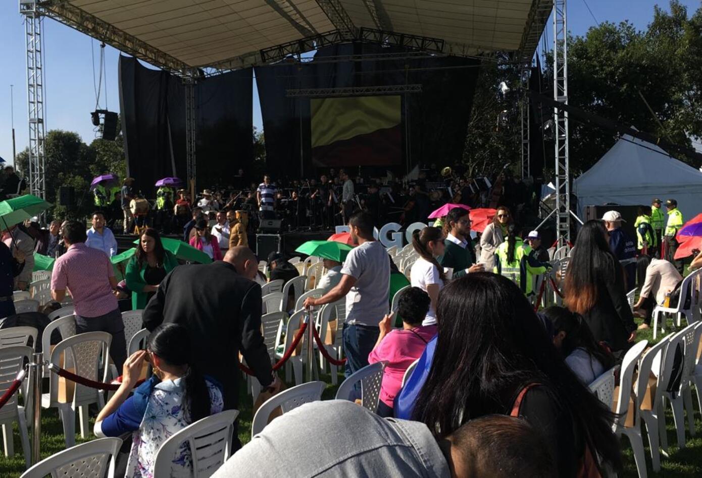Ciudadanos asisten al evento de posesión de Claudia López como alcaldesa de Bogotá