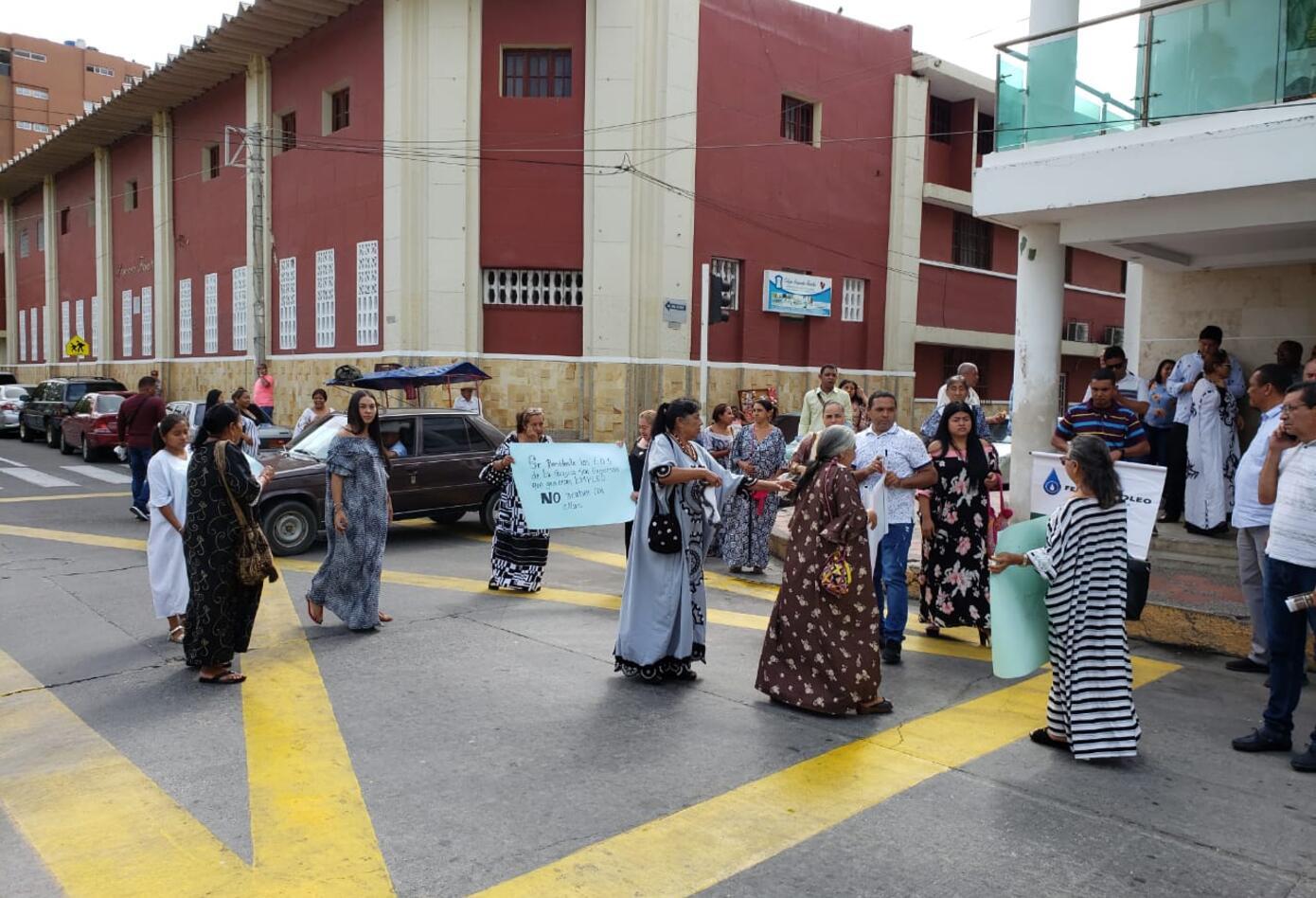 decena de empresarios del combustible se tomaron en la mañana la gobernación de La Guajira
