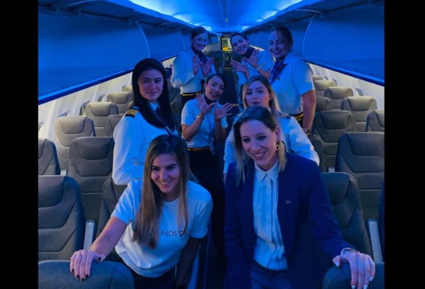 Tripulación femenina del vuelo de la aerolínea Wingo.