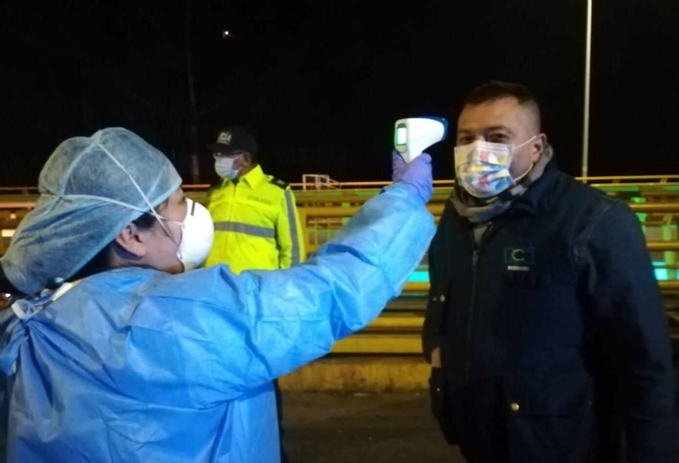 Con equipos especializados desde el lado Ecuatoriano vigilan la temperatura de los migrantes.