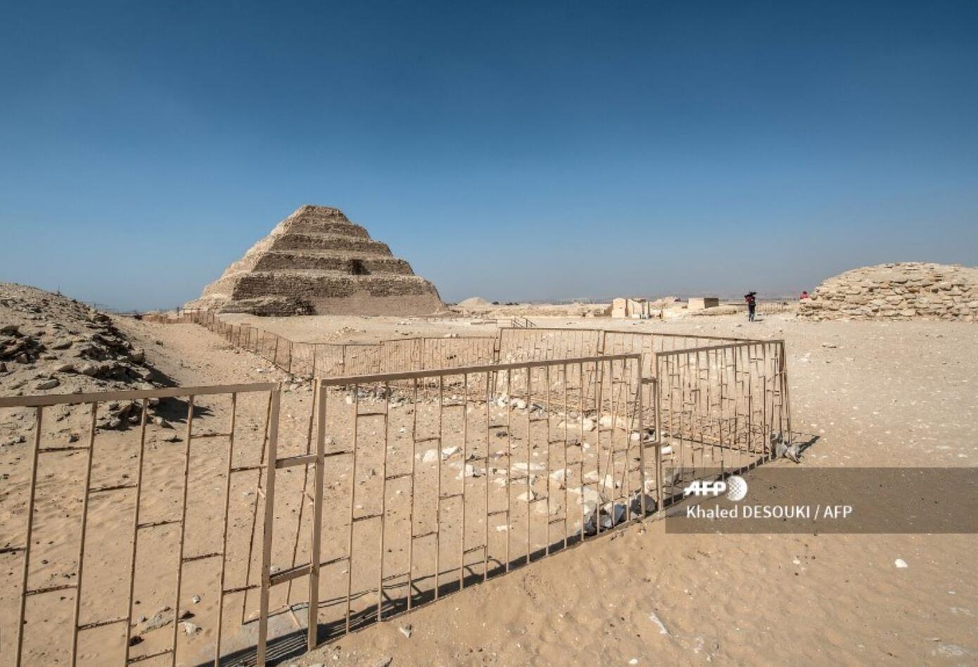 """La pirámide del faraón Zoser es el """"primer edificio por completo construido en piedra en el mundo""""."""