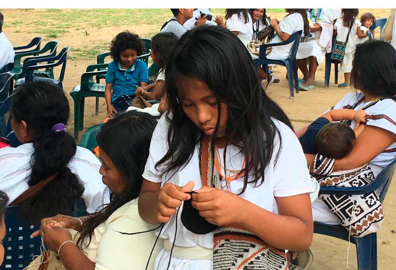 Desde niñas las mujeres aprenden a tejer.