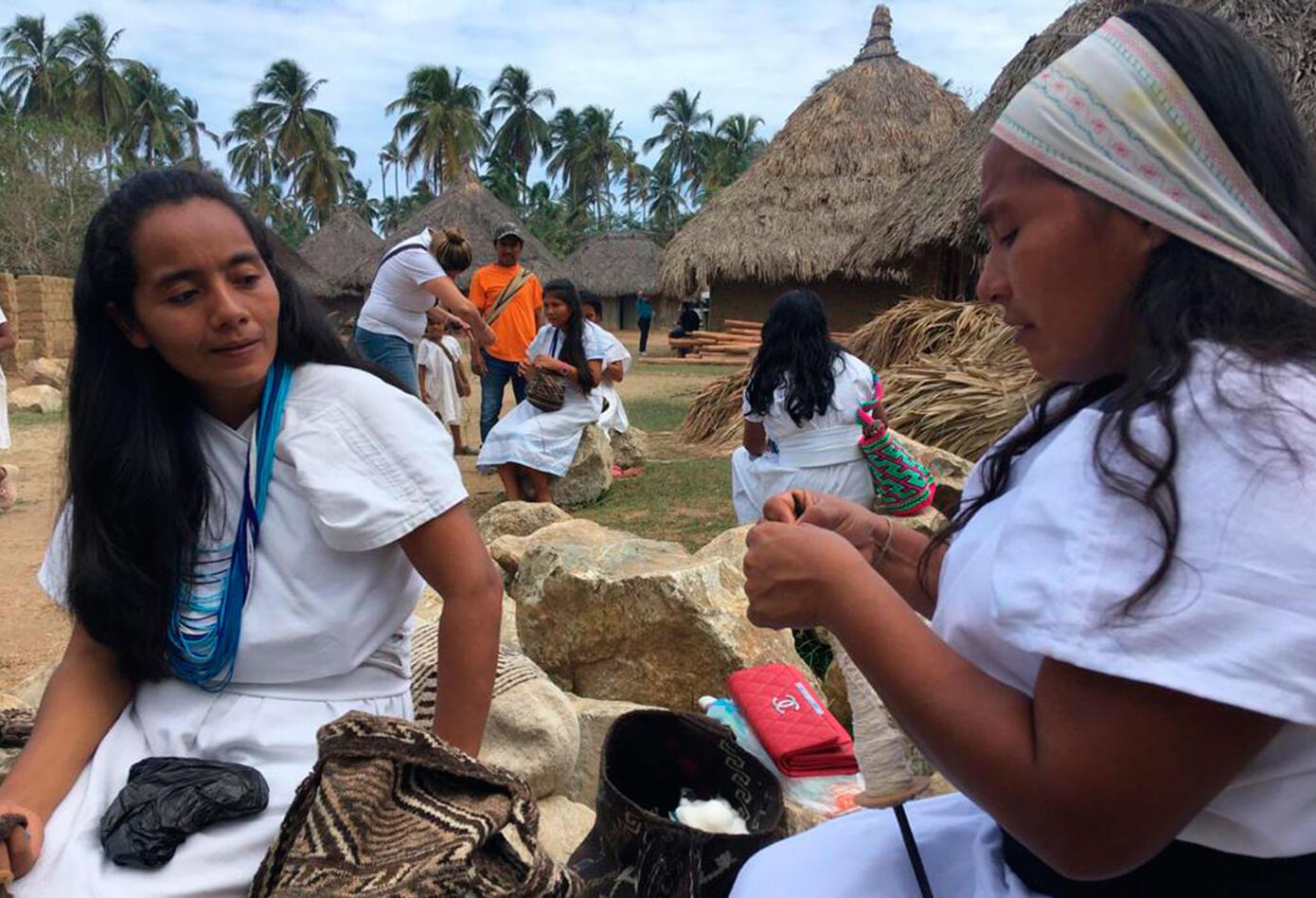 Las mujeres tejedoras son pieza clave de la economía de los aborígenes de la Sierra Nevada.