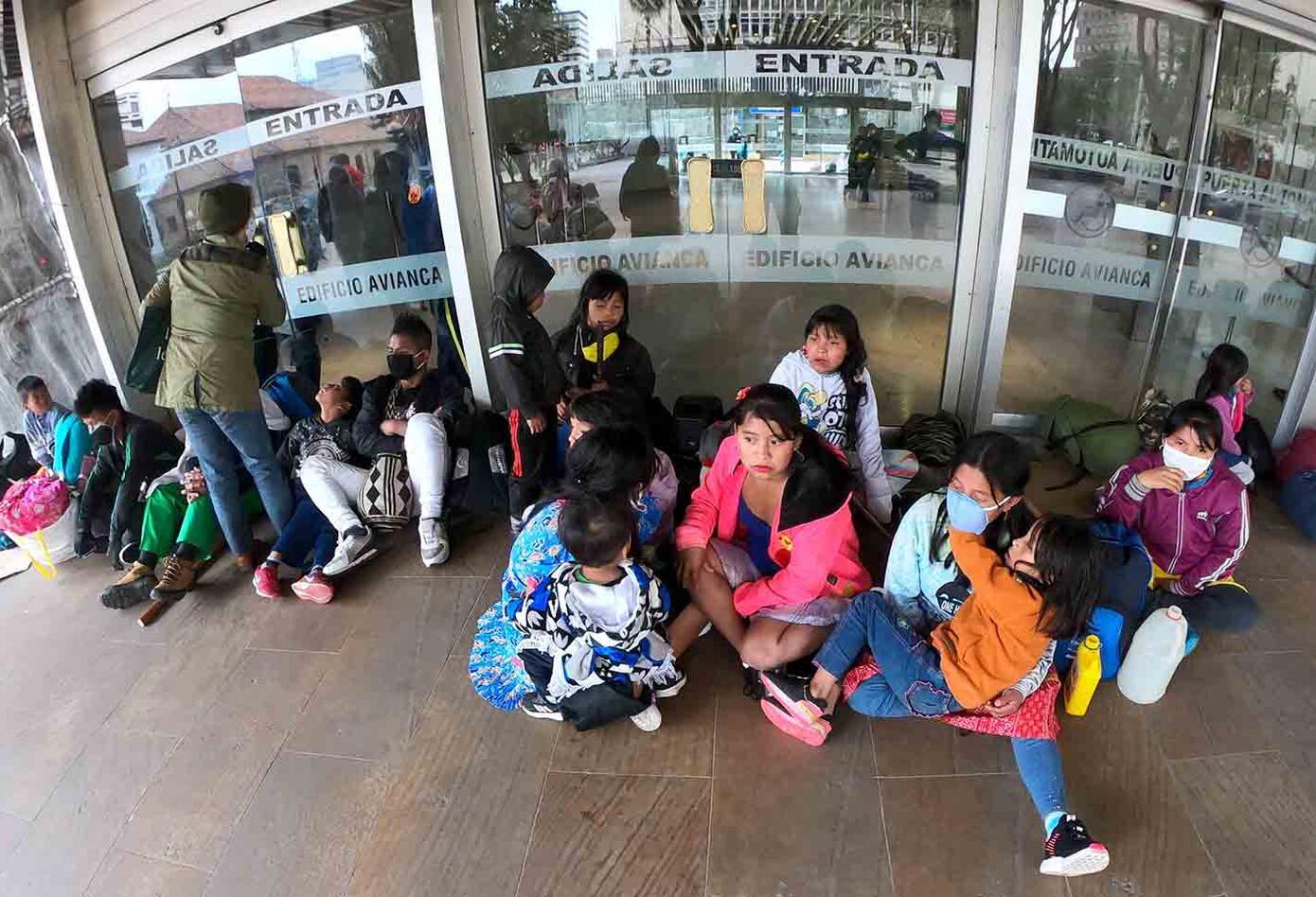 Varios indígenas Embera permanecen en las calles de Bogotá en medio de la cuarentena.