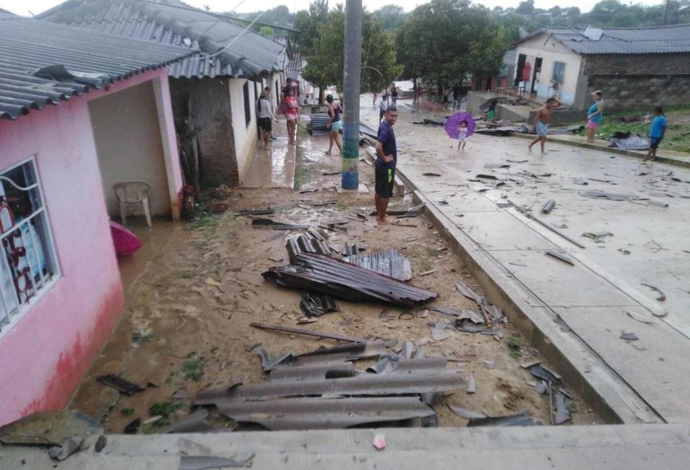 Las autoridades acompañados por los organismos de socorro evalúan los daños