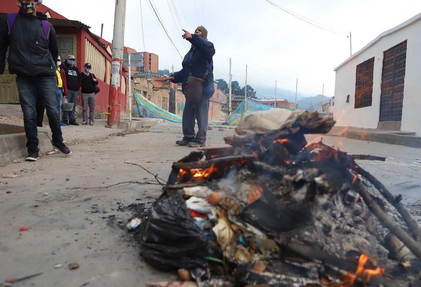 Se han presentado bloqueos de vías de acceso a barrios como Villa Anita, Santa Librada, Yomasa y Arborizadora.