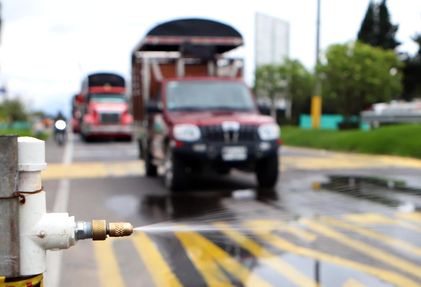 Desinfección de carros en peaje de Bogotá