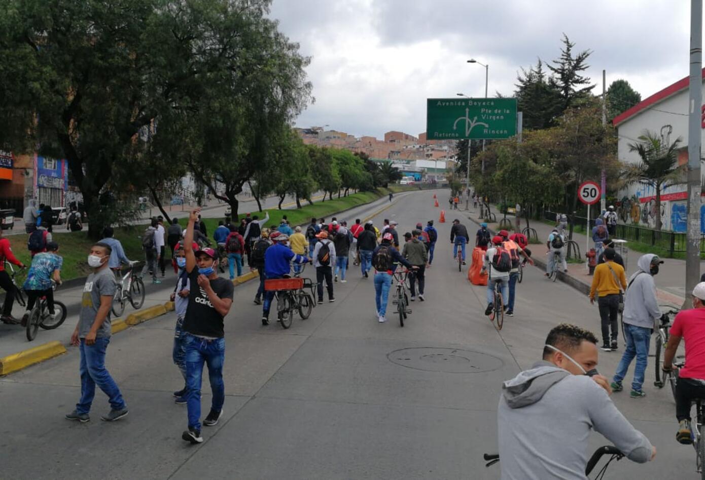 Cientos de personas se lanzaron a la calle a protestar por la falta de comida en medio del aislamiento.