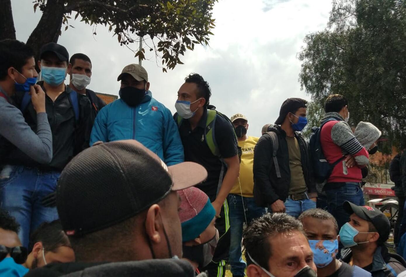Varios ciudadanos se lanzaron a las vías con carteles.