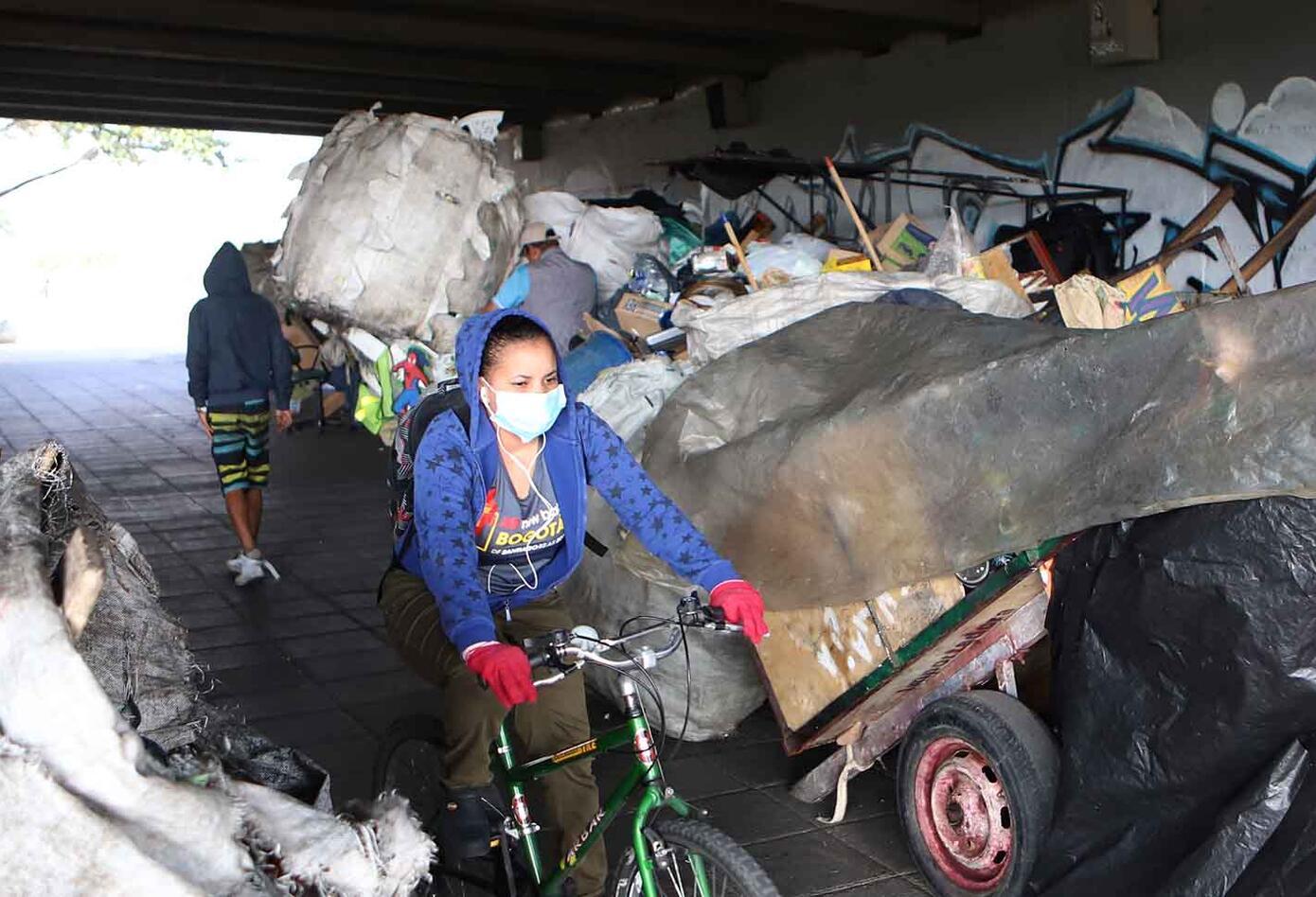 Venezolanos, en medio de cuarentena, viven bajo puente peatonal en Bogotá