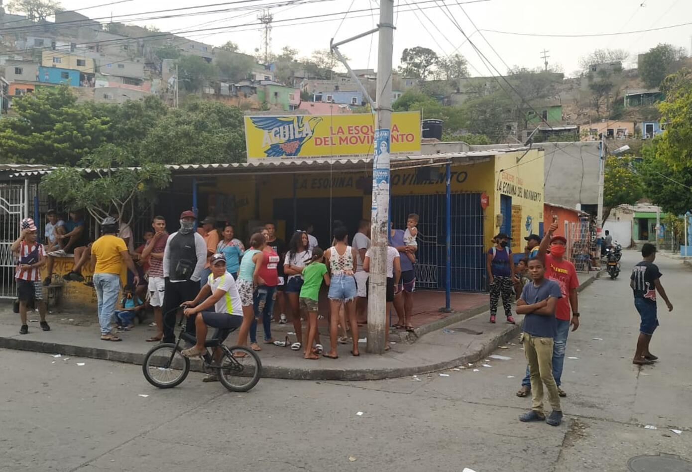 Habitantes de villa del río también exigen las ayudas, al gobierno distrital, bloqueando vías principales de Santa Marta