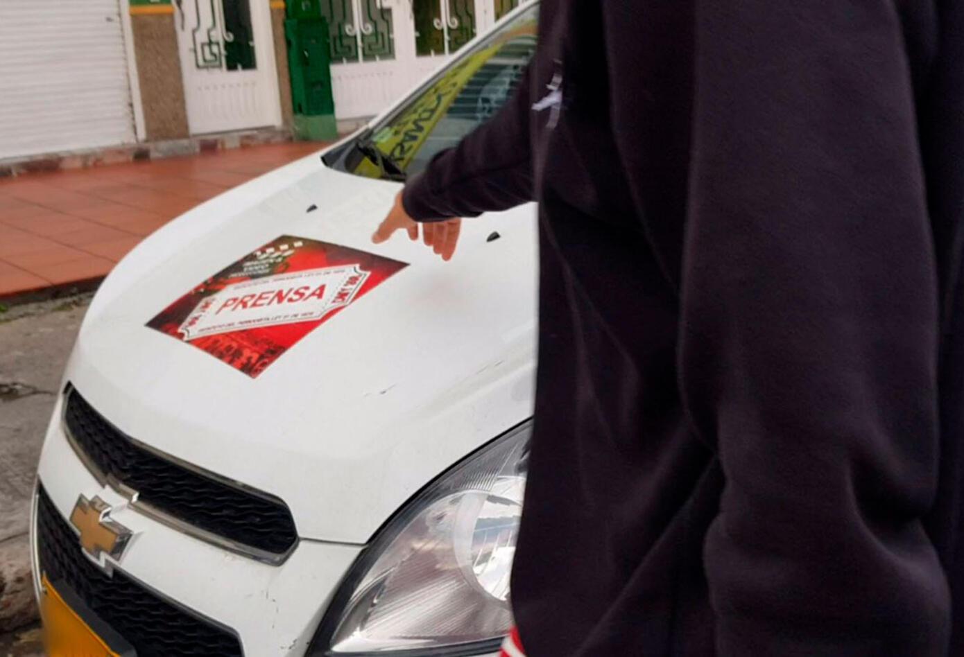 Carro de prensa falso usado para violar la cuarentena