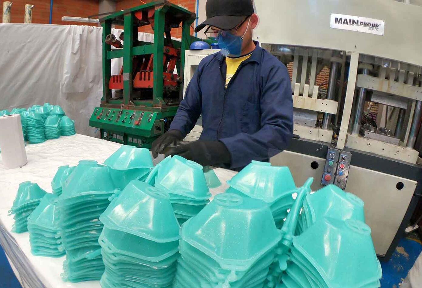 Empresa de suelas para zapatos fabrica tapabocas por coronavirus en Colombia
