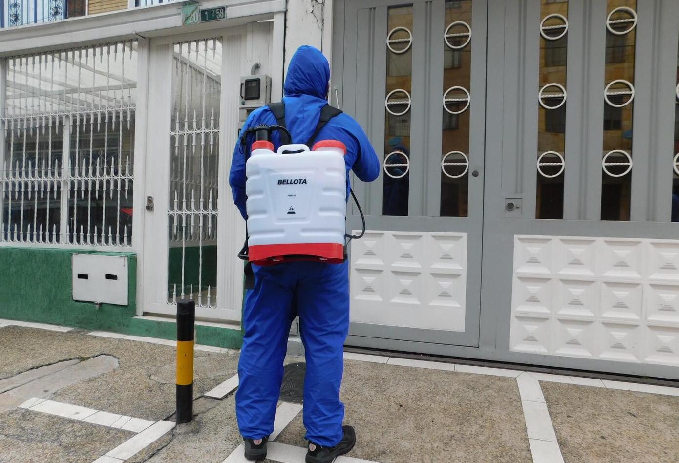 Fernando encontró en la desinfección de casas, el rebusque en medio de la pandemia.