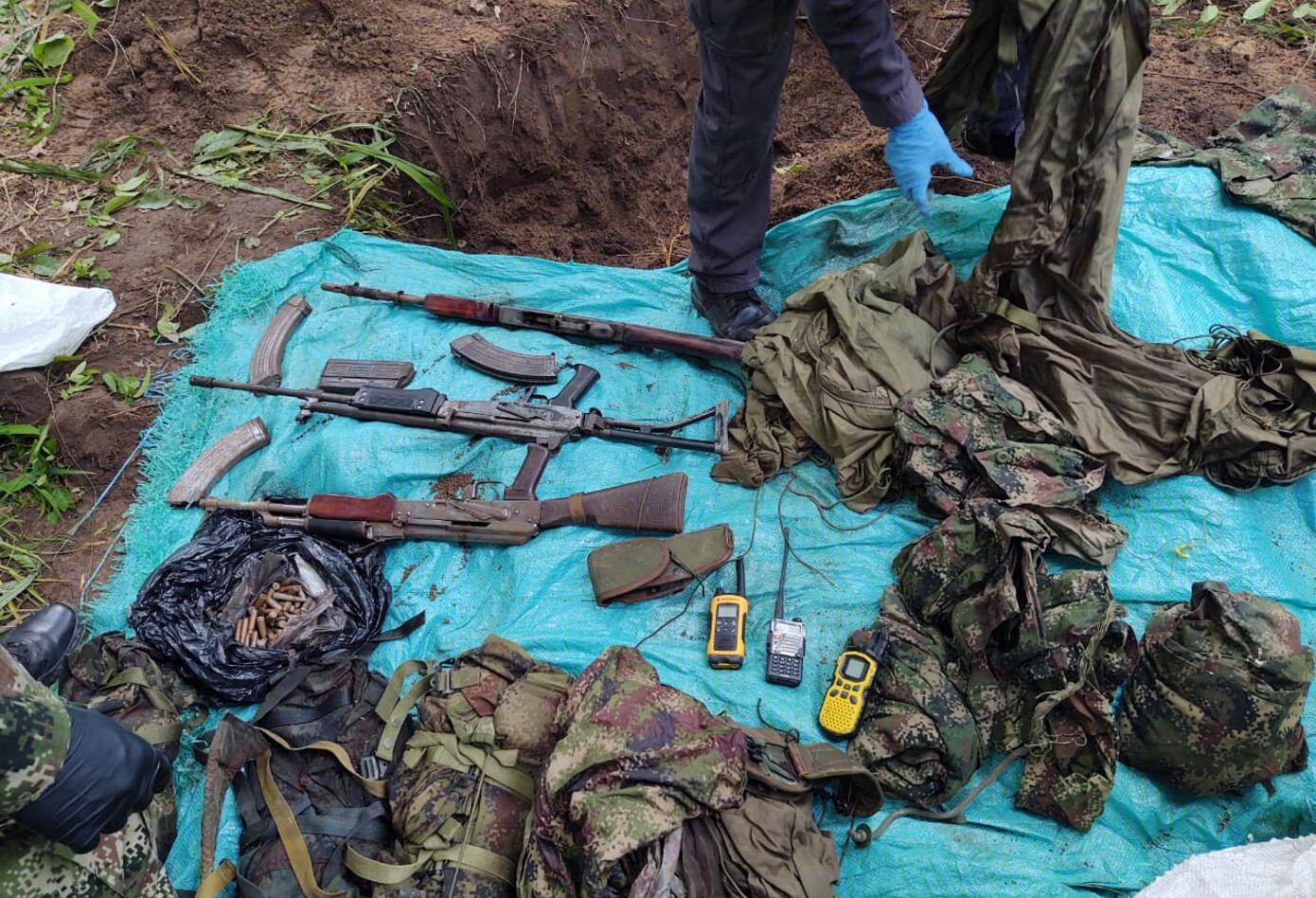 fueron encontrados varias armas largas, equipos de comunicación y uniformes de uso exclusivo del ejército nacional