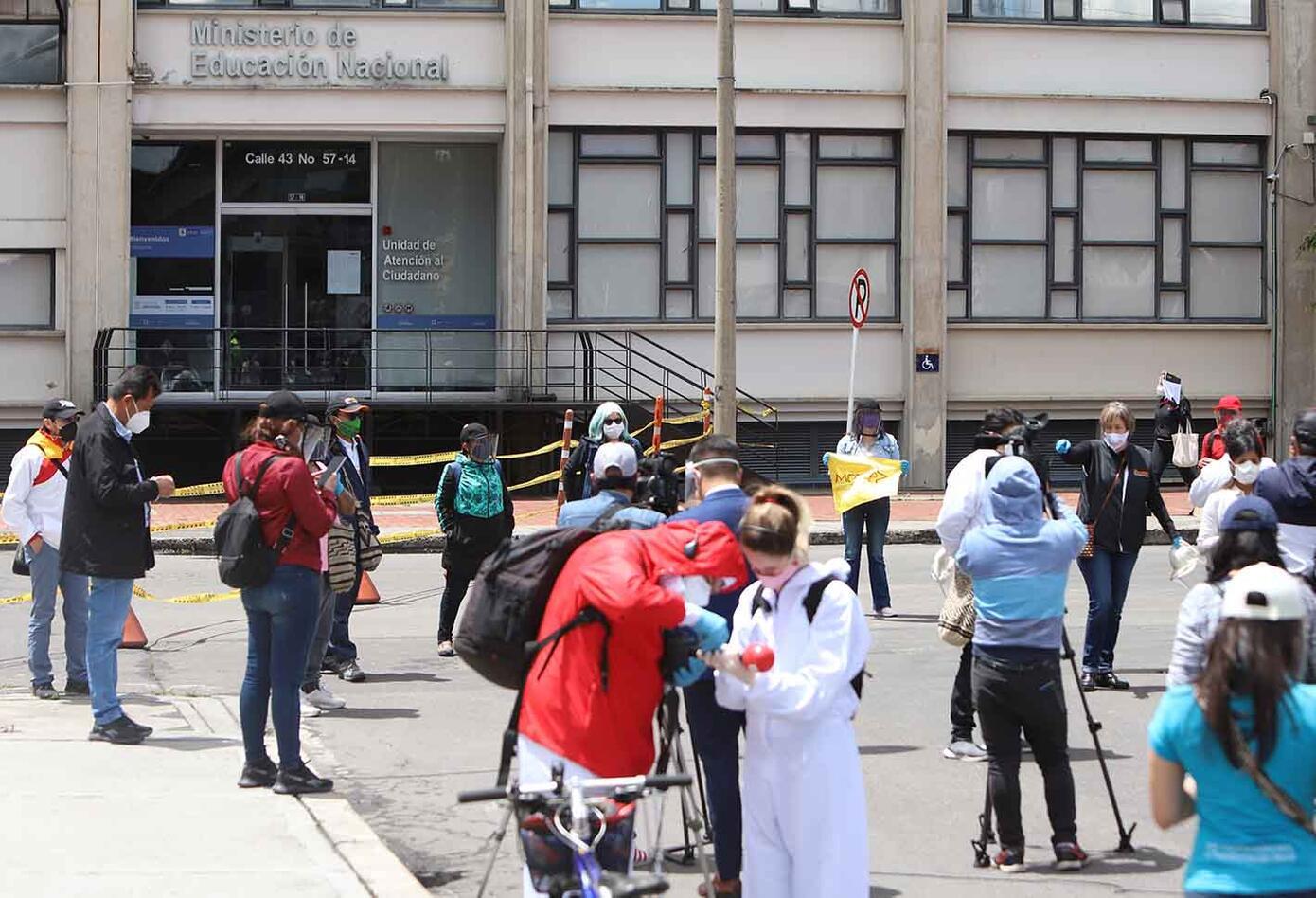 Maestros protestaron en las afueras del Ministerio de Educación.