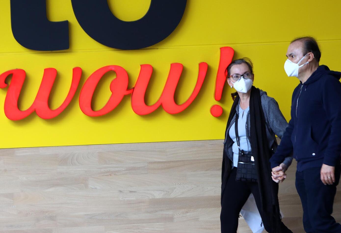 Ciudadanos comenzaron a llegar nuevamente a los centros comerciales, que reabren sus puertas.