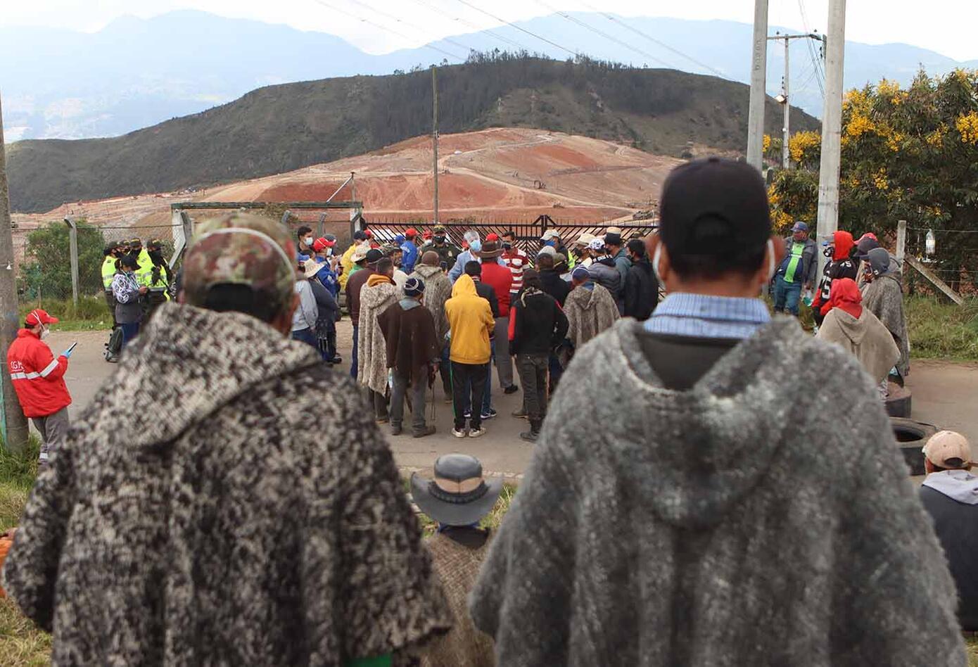 Habitantes de El Mochuelo protestan en las afueras del relleno de Doña Juana, en Bogotá.