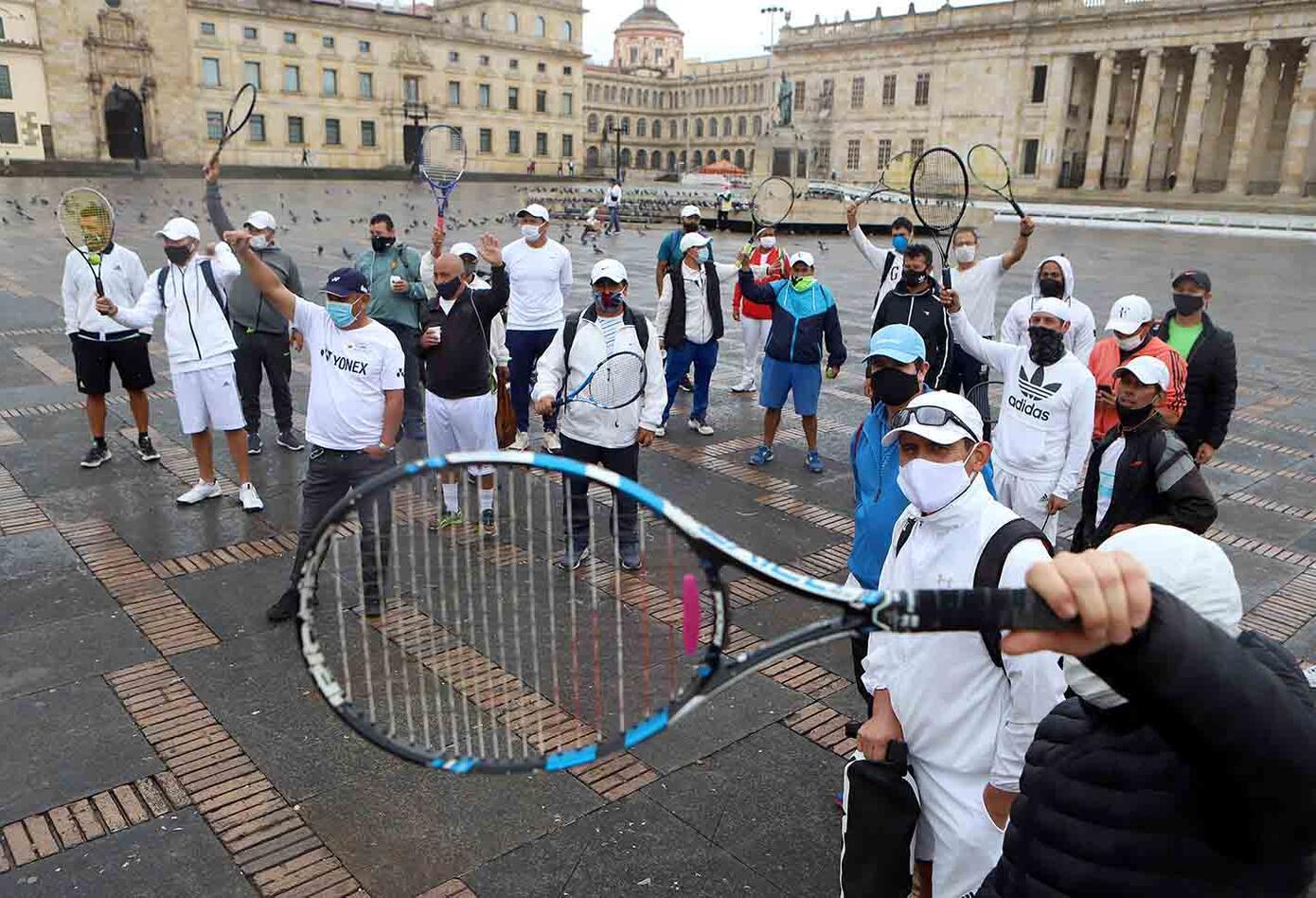 Entrenadores de tenis protestaron en la Plaza de Bolívar pidiendo que se reactive este deporte.