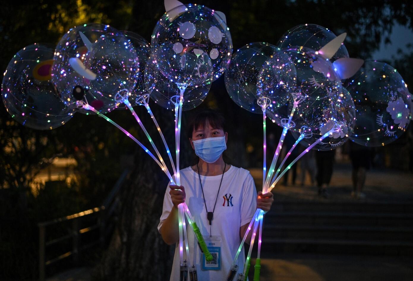 En el epicentro de la pandemia, los habitantes de Wuhan abandonan el tapabocas