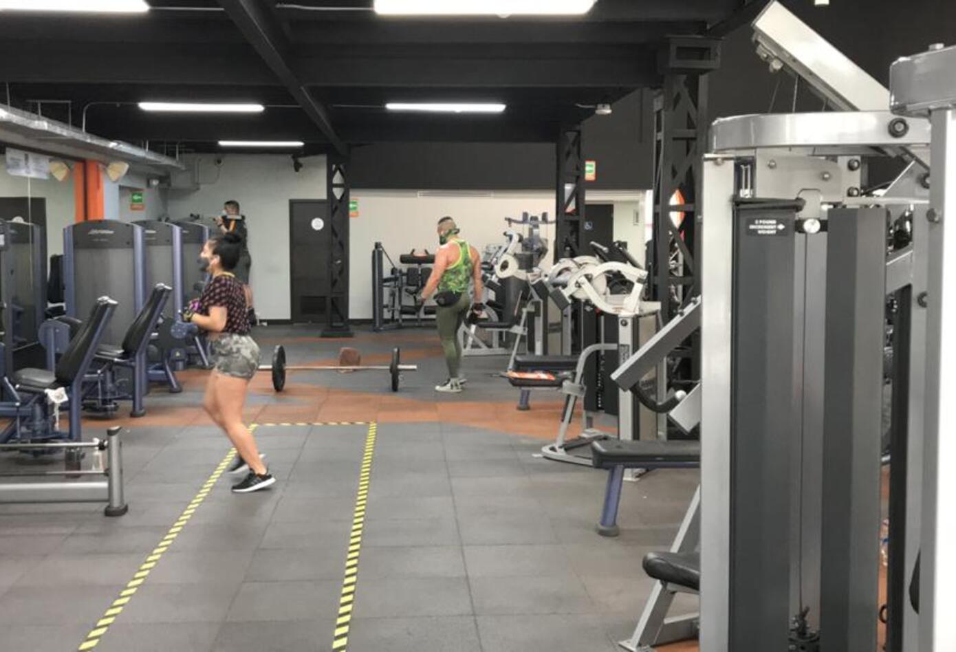 Se debe garantizar la distancia social entre los usuarios de gimnasios.