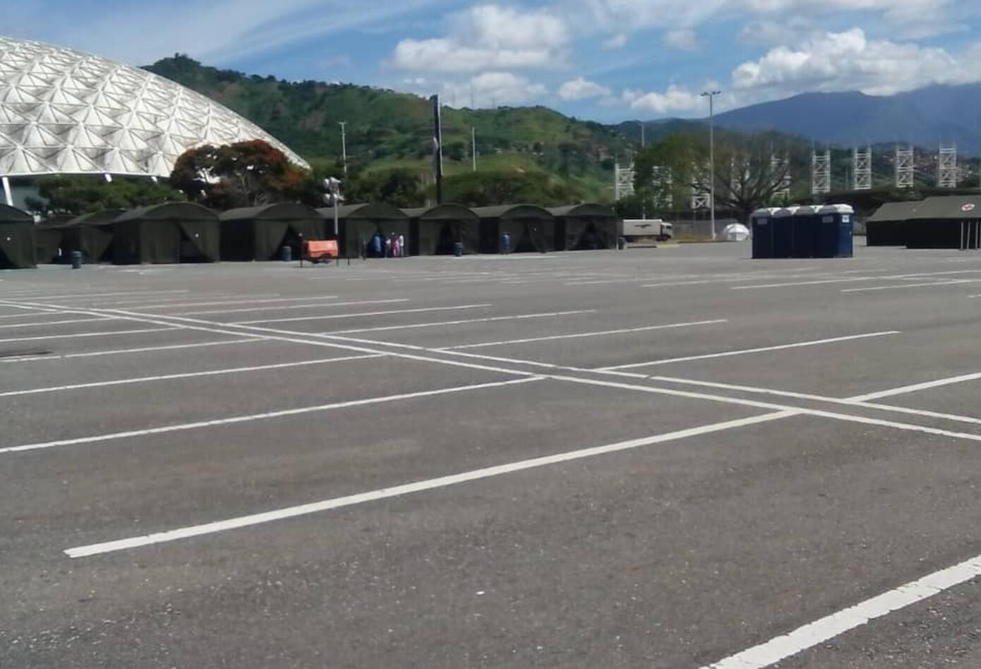 Espacios externos del Poliedro de Caracas con carpas y baños portátiles para pacientes COVID- Exclusivo RCN Radio