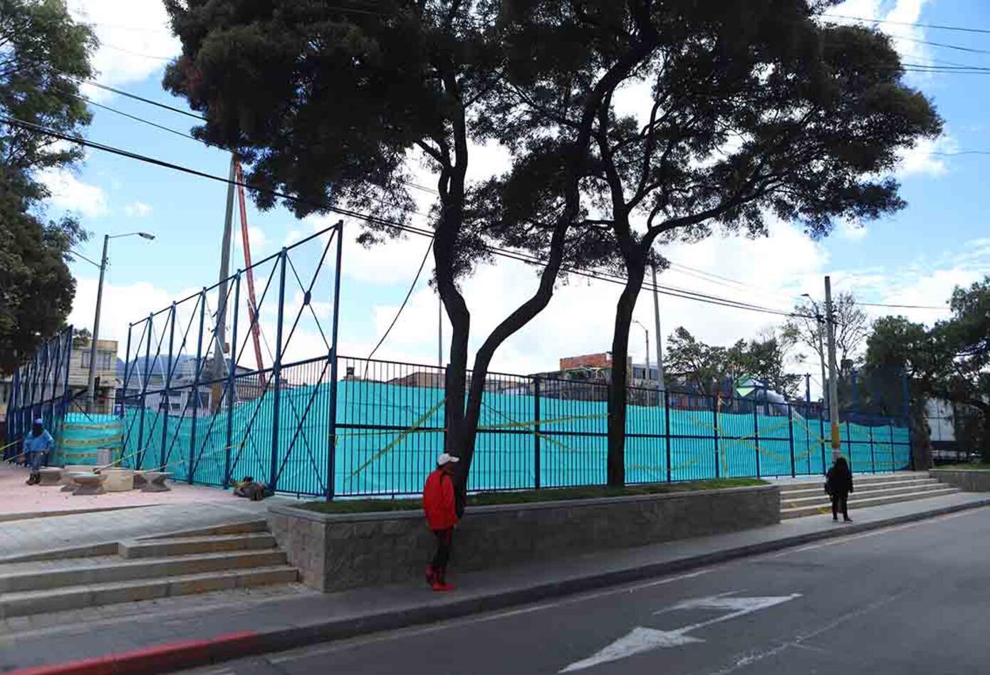Postes en medio de parque en Bogotá