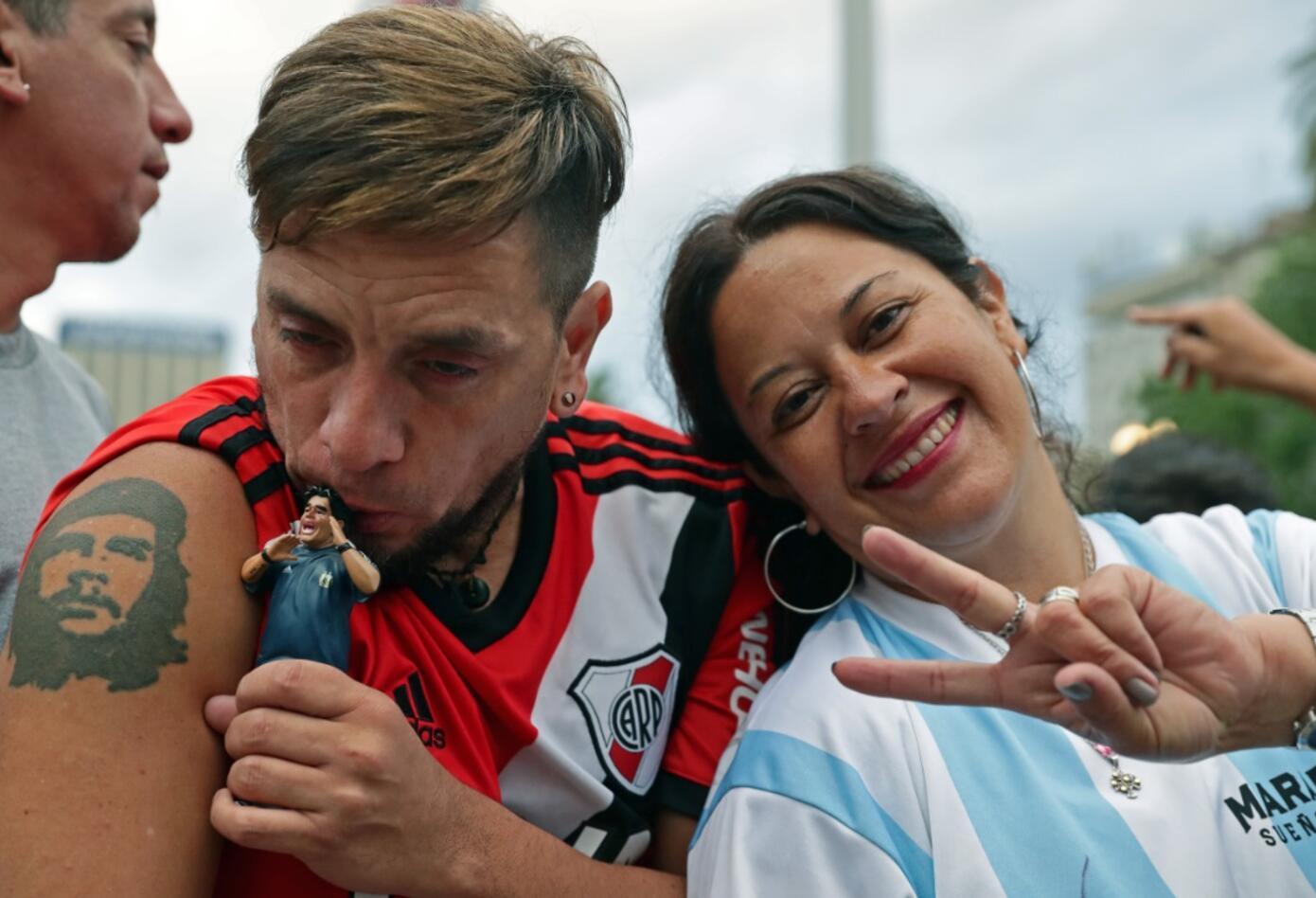 Hinchas argentinos despidiendo a Maradona