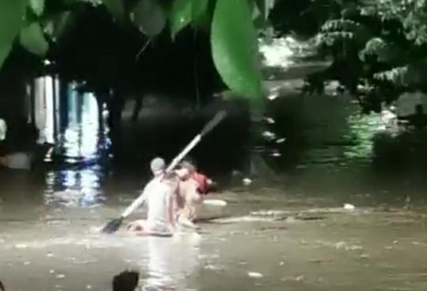 Las familias con chalupa y soga ayudaron a resguardar a quienes quedaron atrapados en medio de la corriente