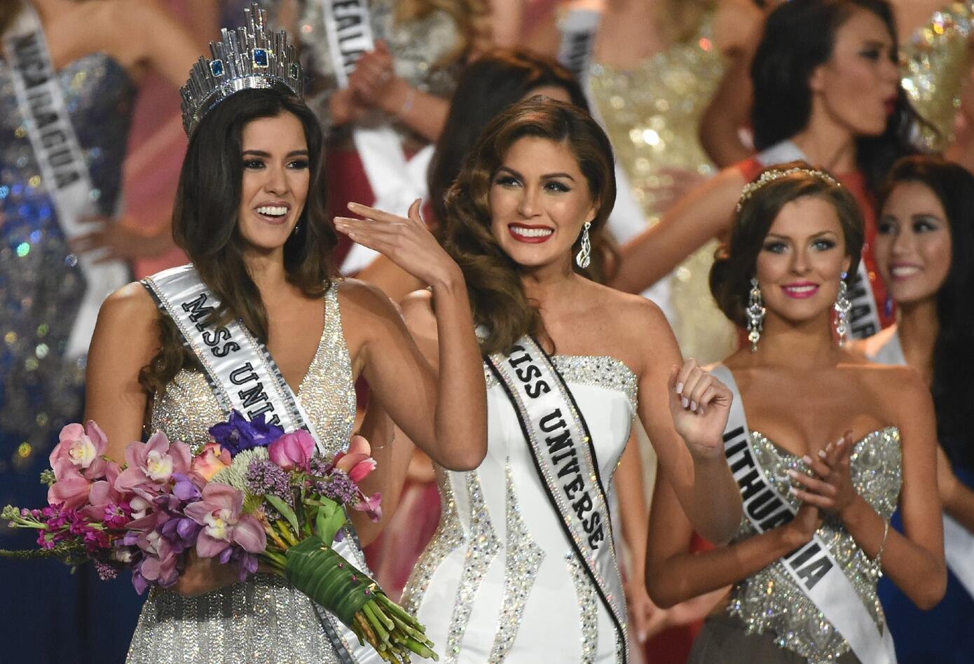 Paulina Vega recibe corona de Miss Universo en 2015