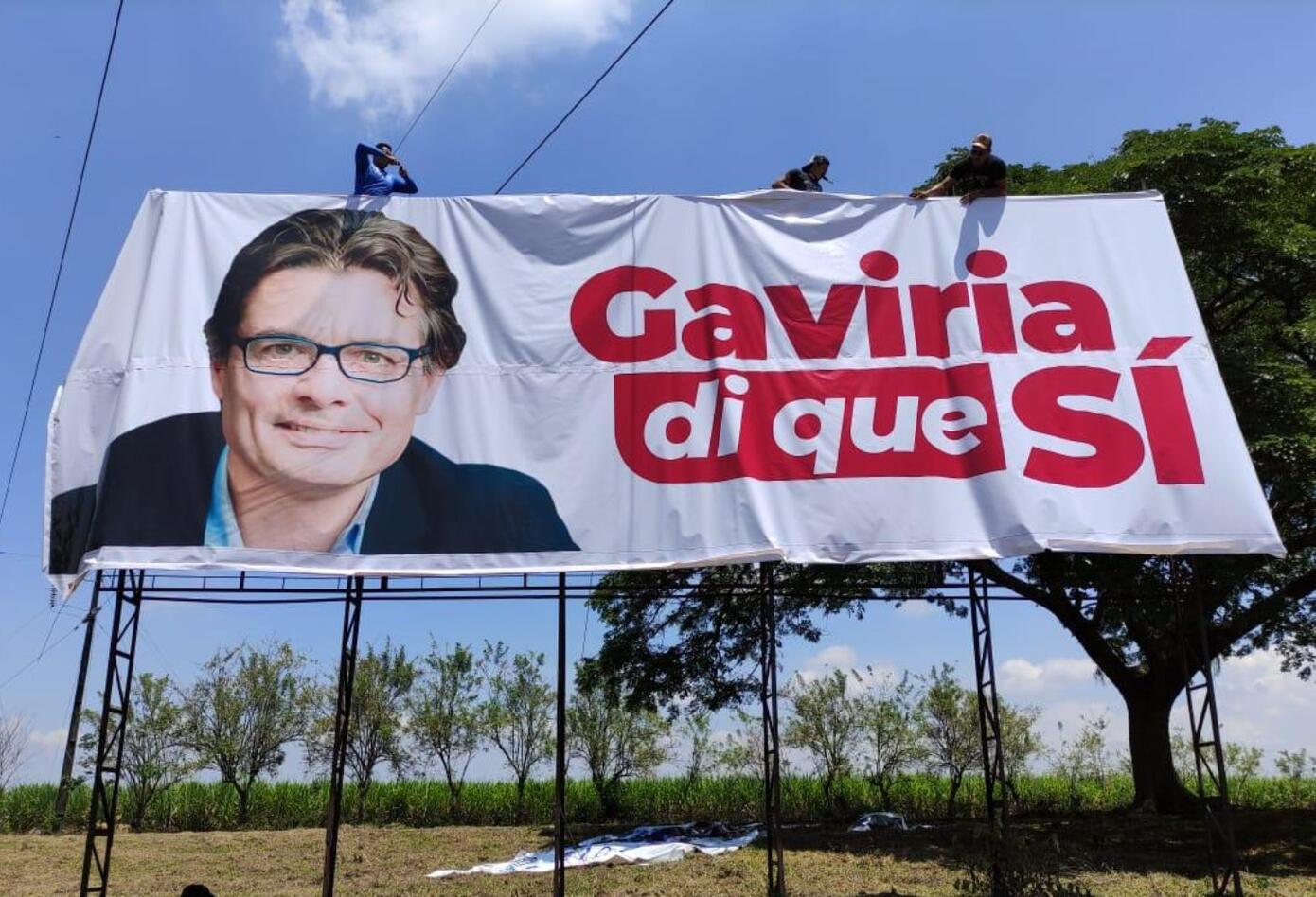 Alejandro Gaviria y las vallas en que le piden ser candidato en 2022.