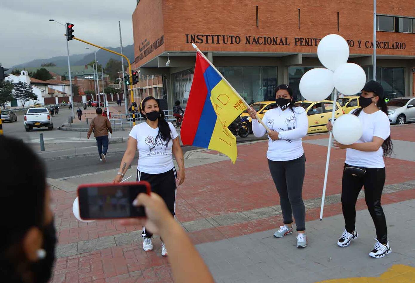 Familiares de presos protestan en Inpec para que se reactiven visitas