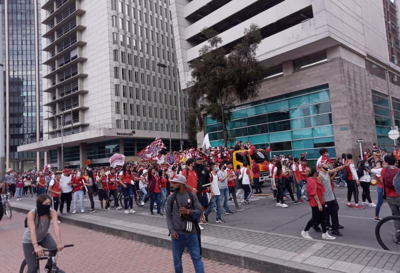 Los seguidores del equipo santafereño se sumaron a la celebración en las calles