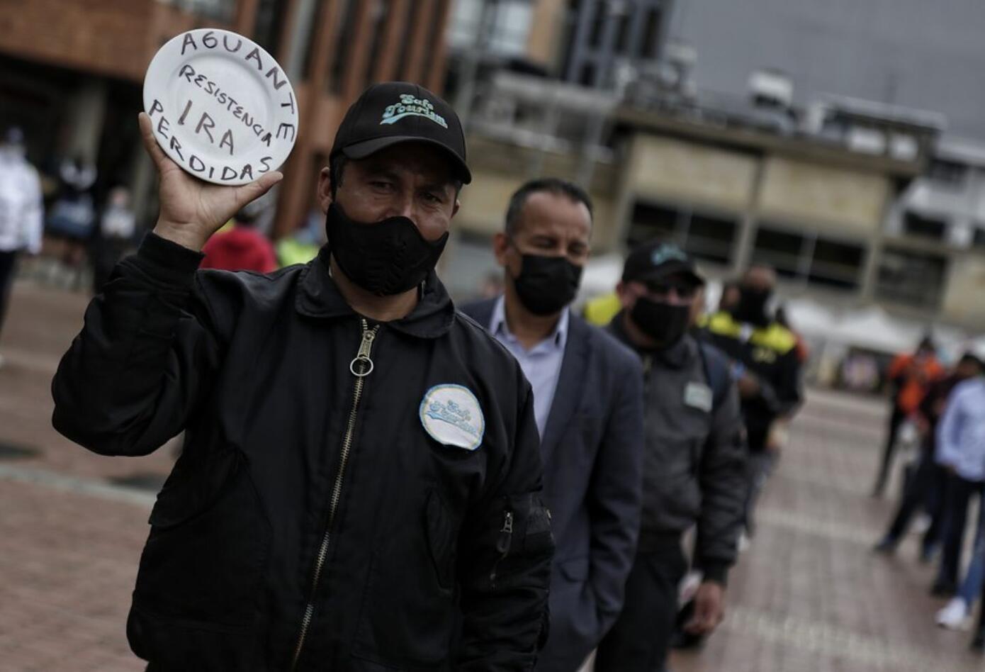 Romper platos, la protesta de Asobares contra restricciones por pandemia