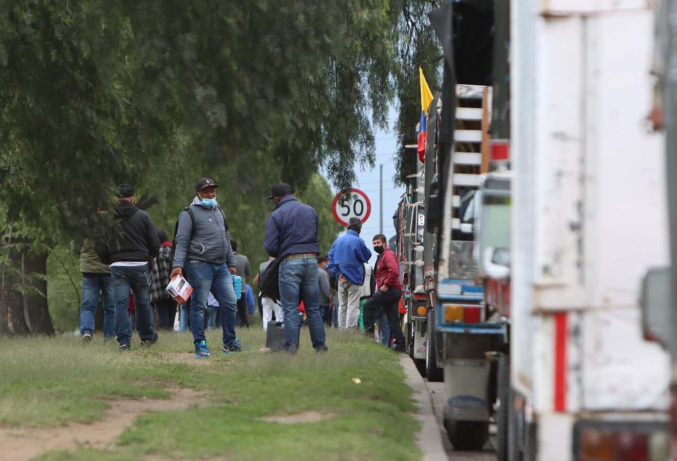 Conductores de vehículos de carga realizan plantón en Bogotá
