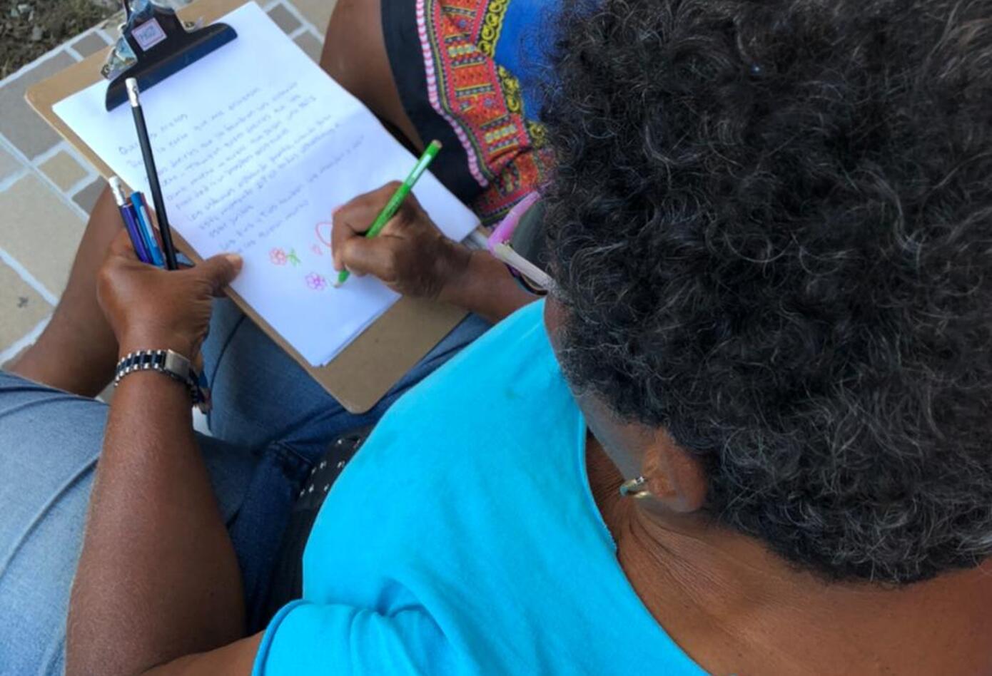 Madres escribiendo cartas para sus hijos en San Andrés