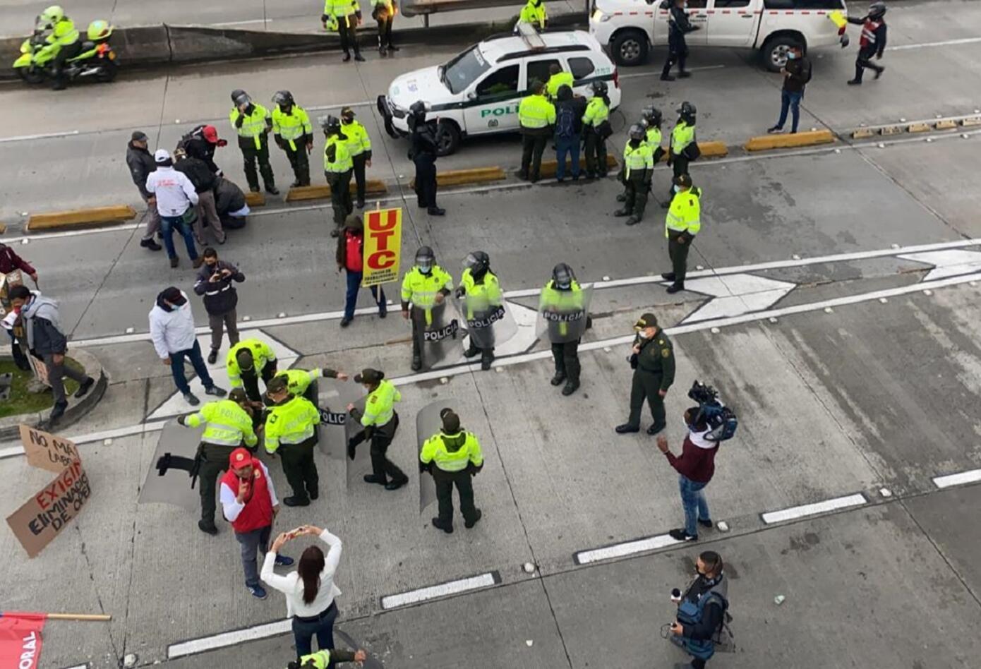 Conductores de Transmilenio salieron a protestar este martes en el portal El Dorado