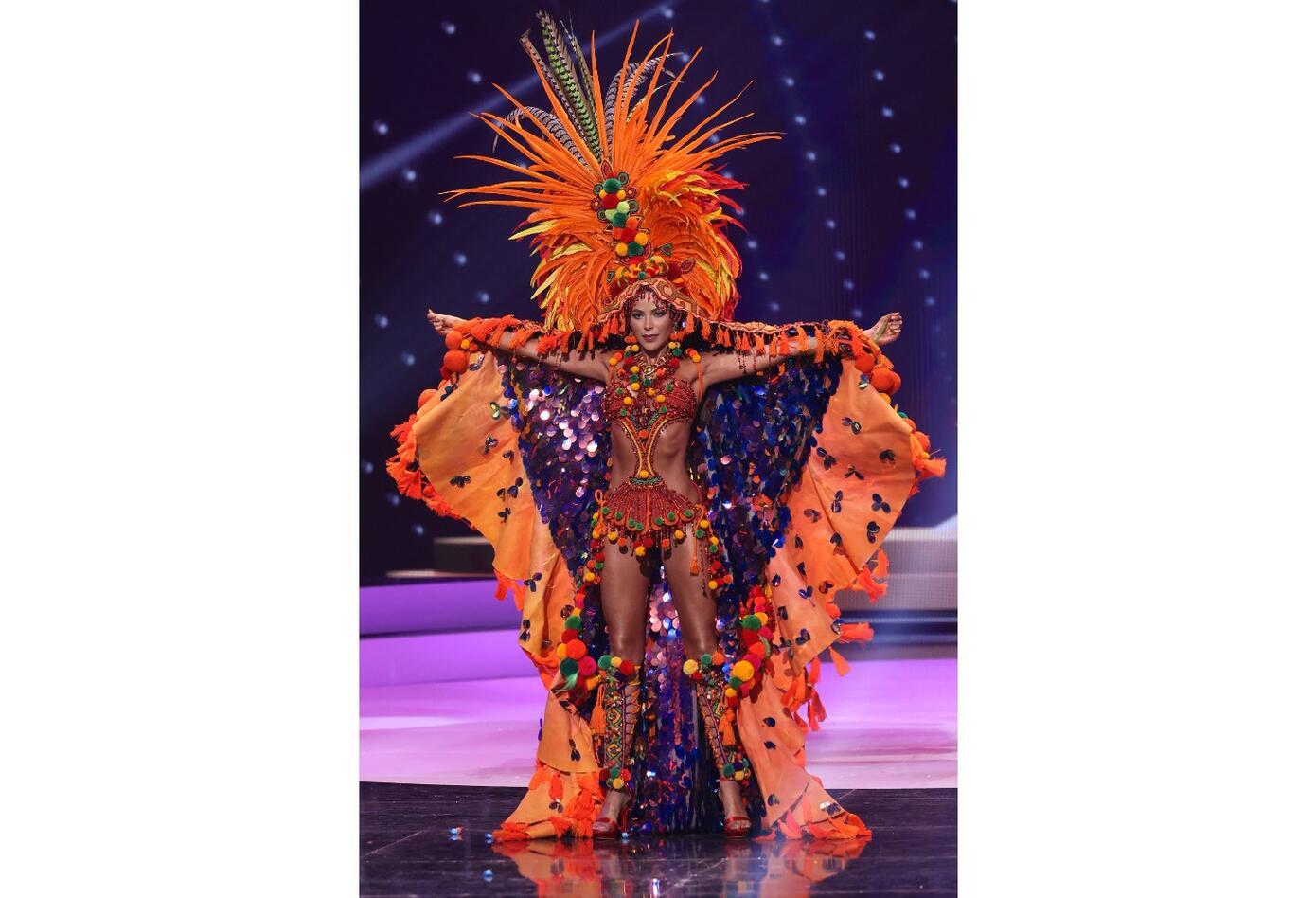 Desfile en traje típico de Laura Olascuaga en Miss Universo