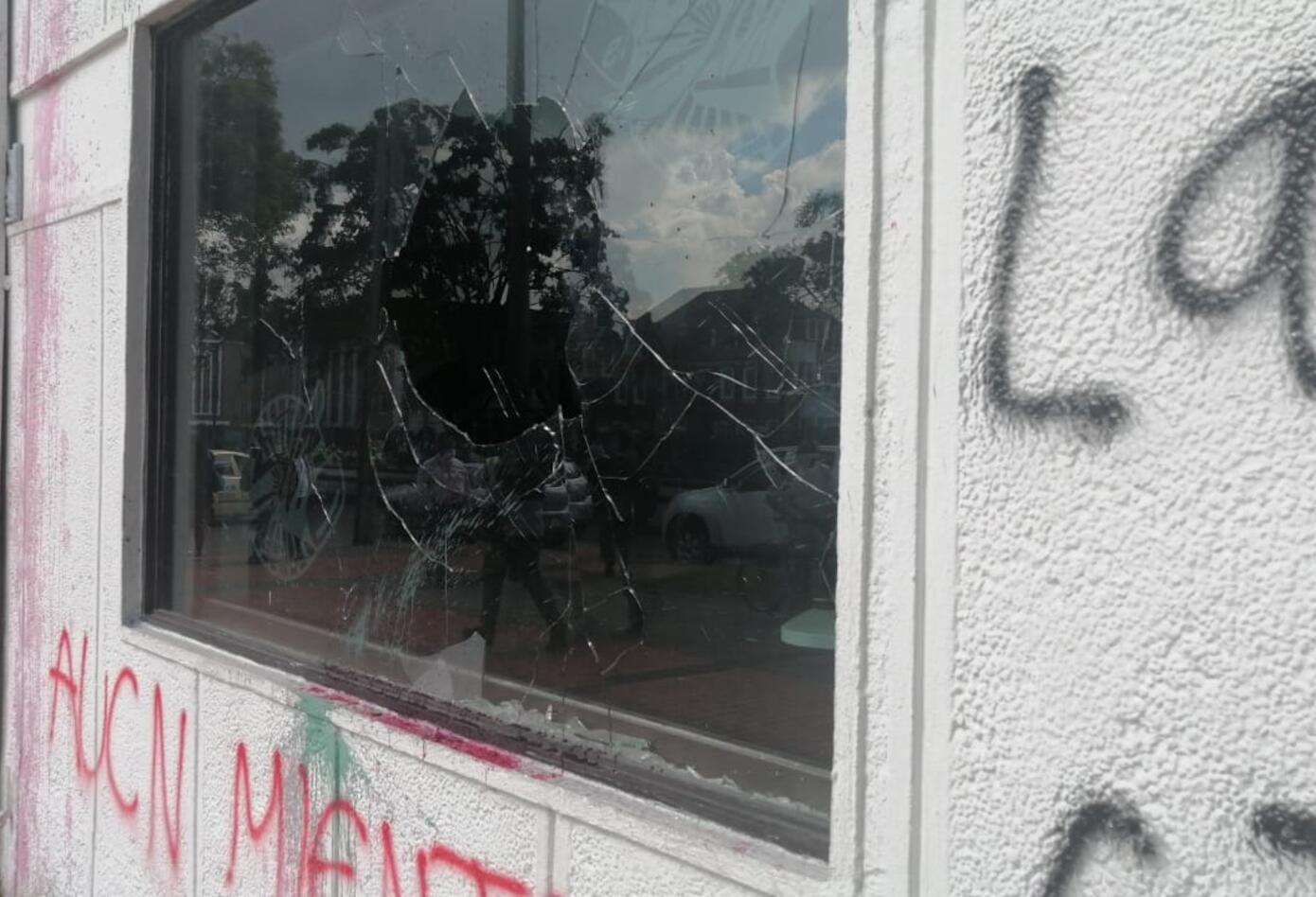 Daños en vidrios y la fachada de RCN Radio