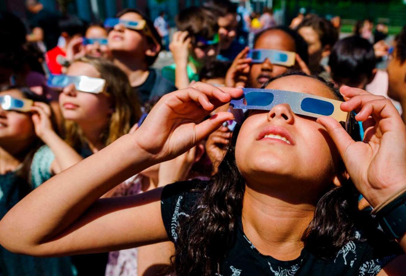 Personas viendo el eclipse anillo de fuego